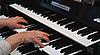 Hände auf einer Orgel-Tastatur | Stock Foto