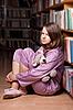 ID 3092890 | Dziewczyna w różowej piżamie w bibliotece | Foto stockowe wysokiej rozdzielczości | KLIPARTO
