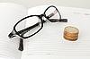 Gafas, el diario y las monedas | Foto de stock