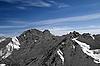 Schwarzweiße Berge unter blauem Himmel | Stock Foto