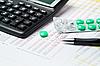 ID 3121532 | Kalkulator, długopis i tabletki | Foto stockowe wysokiej rozdzielczości | KLIPARTO
