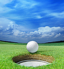 Piłeczka golfowa w pobliżu otworu | Stock Foto
