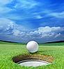 Мяч для гольфа перед лункой | Фото
