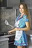 Piękna gospodyni w nowoczesnej kuchni | Stock Foto