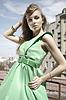Mode-Modell im grünen Kleid | Stock Photo