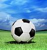녹색 잔디에 축구 공 | Stock Foto