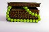 ID 3270686 | Alte hölzerne Box für Schmuck und grüne Perlen | Foto mit hoher Auflösung | CLIPARTO