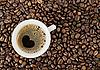Hintergrund von Kaffeebohnen und eine Tasse von Kaffee, die top vie | Stock Foto