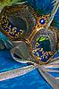 Box mit Weihnachtsgeschenk und Karneval-Maske | Stock Foto