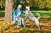 Kobieta z psem w parku jesienią | Stock Foto