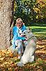 Frau mit einem Hund im Herbst-Park | Stock Foto