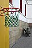 Баскетбольное кольцо в пустом дворе школы | Фото