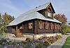 Schönes Holzhaus mit Blumen, Herbst | Stock Photo