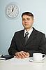ID 3146558 | Junger Chef sitzt auf Arbeitsplatz | Foto mit hoher Auflösung | CLIPARTO