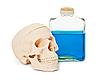 파란색 독성 액체와 인간의 두개골 병 | Stock Foto