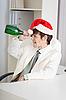 ID 3159687 | Kaufmann feiert Weihnachten im Büro am Arbeitsplatz | Foto mit hoher Auflösung | CLIPARTO