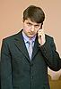 ID 3160529 | Mężczyzna rozmawia przez telefon komórkowy | Foto stockowe wysokiej rozdzielczości | KLIPARTO