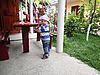 ID 3176332 | Neugieriges Kleinkind im Hof des Hauses | Foto mit hoher Auflösung | CLIPARTO