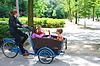 ID 3367877 | Młoda dziewczyna przewożenia dzieci w koszyku | Foto stockowe wysokiej rozdzielczości | KLIPARTO