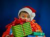 Überraschter Junge mit Weihnachtsgeschenken | Stock Photo