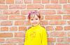 Dziecko w pobliżu mur | Stock Foto