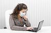 Młoda kobieta w medycznych maski z laptopem | Stock Foto