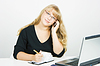 ID 3222209 | Büroangestellte. Blonde Mädchen mit Laptop im Gespräch über Handy | Foto mit hoher Auflösung | CLIPARTO