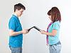 一对年轻夫妇与平板电脑 | 免版税照片