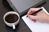 一个男性的手写作笔记记事本 | 免版税照片