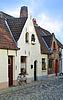 Calle europea pequeño con casas de ladrillos viejos | Foto de stock