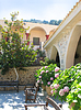 Grecia, Creta, hermoso patio en abadía femenina | Foto de stock