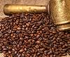Arabski miedzi Turks i rozproszone ziarna kawy | Stock Foto