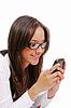 Mujer hermosa que envía texto al teléfono móvil | Foto de stock