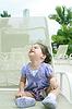 Lindo bebé feliz un año de edad que mira para arriba | Foto de stock