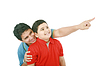 ID 3358429 | Portrait eines glücklichen jungen Vater zeigt etwas | Foto mit hoher Auflösung | CLIPARTO