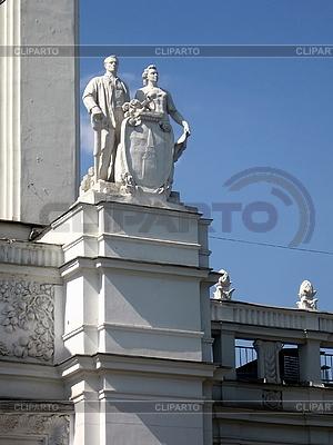 Статуя с мужчиной и женщиной | Фото большого размера |ID 3012274