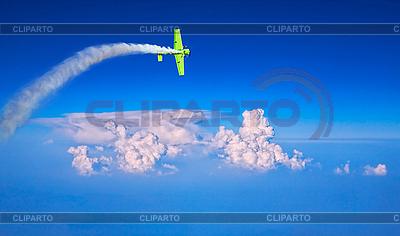 Голубое небо с облаками и зеленый самолет | Фото большого размера |ID 3018200