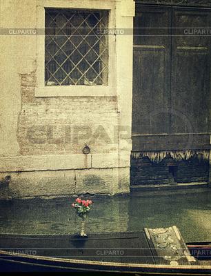 Gondola mit Strauß roter Rose. Venedig | Foto mit hoher Auflösung |ID 3295420
