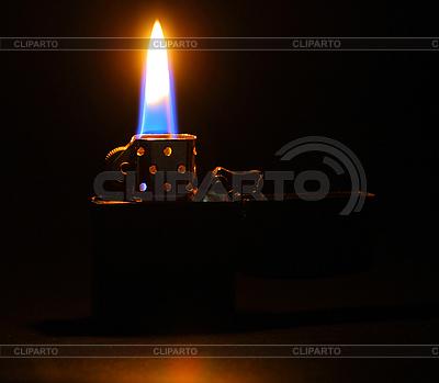 Горящее пламя от зажигалки во тьме | Фото большого размера |ID 3033222