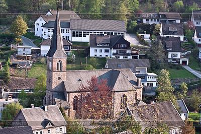 Kościół katolicki w niemieckiej wsi | Foto stockowe wysokiej rozdzielczości |ID 3013990