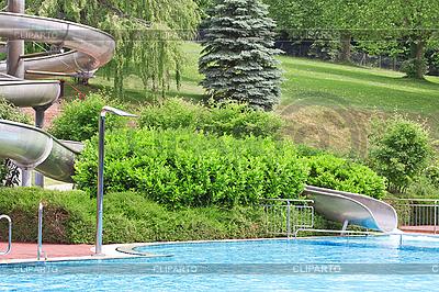 Basen z wodą na zewnątrz ze zjeżdżalnią | Foto stockowe wysokiej rozdzielczości |ID 3014422