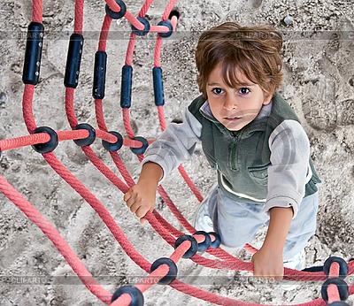 Chłopiec wspina się po drabinie. | Foto stockowe wysokiej rozdzielczości |ID 3019348