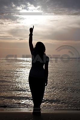 Sylwetka pięknej dziewczyny przed zachodem słońca. | Foto stockowe wysokiej rozdzielczości |ID 3024429