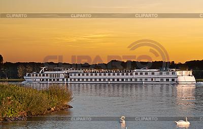 Passagierschiff auf dem Fluss am Sonnenuntergang | Foto mit hoher Auflösung |ID 3031499