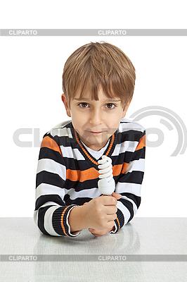 Junge hält eine Glühbirne | Foto mit hoher Auflösung |ID 3119960