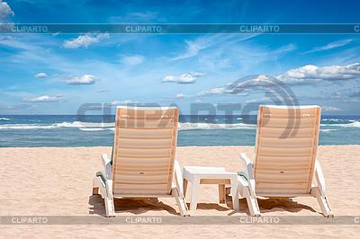 Dwa leżaki plaża na brzegu w pobliżu oceanu | Foto stockowe wysokiej rozdzielczości |ID 3015371