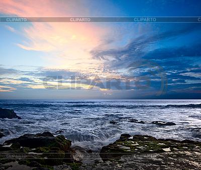 Skaliste wybrzeża na zachód słońca ocean | Foto stockowe wysokiej rozdzielczości |ID 3015375