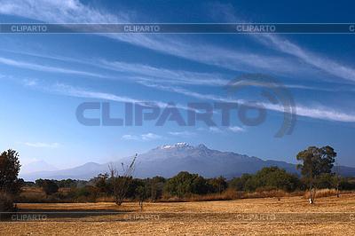Popocatepetl wulkan i błękitne niebo w Meksyku | Foto stockowe wysokiej rozdzielczości |ID 3015697