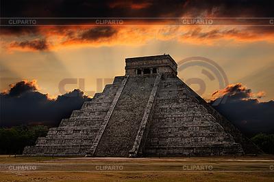 Piramidy Majów w Chichen-Itza, Meksyk, Zachód słońca | Foto stockowe wysokiej rozdzielczości |ID 3015727
