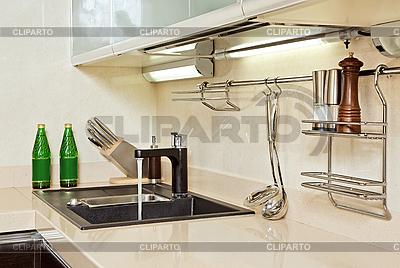 Teil des modernen Küche-Interieurs mit Waschbecken | Foto mit hoher Auflösung |ID 3016757